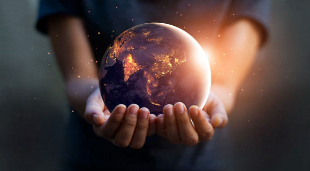 tierra-noche-estaba-manos-humanas-dia-tierra-concepto-ahorro-energia_34200-315